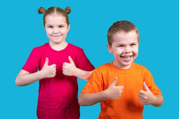 소년과 소녀 등급 파란색 배경에 고립 엄지손가락. 어떤 목적을 위해.