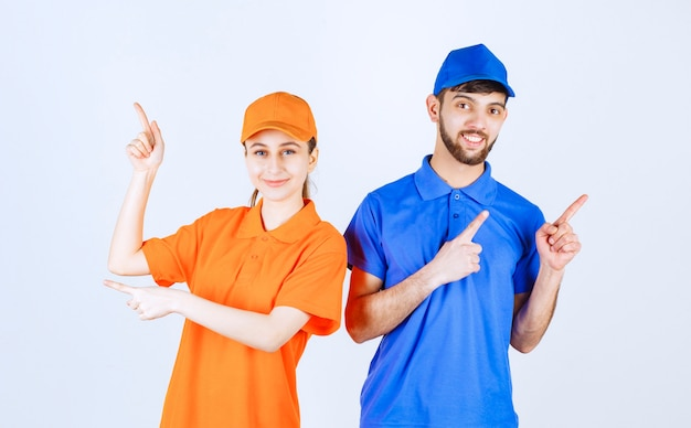Мальчик и девочка в сине-желтой форме показывают что-то наверху.