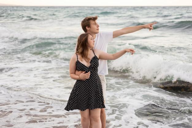 Мальчик и девочка, глядя на пляж