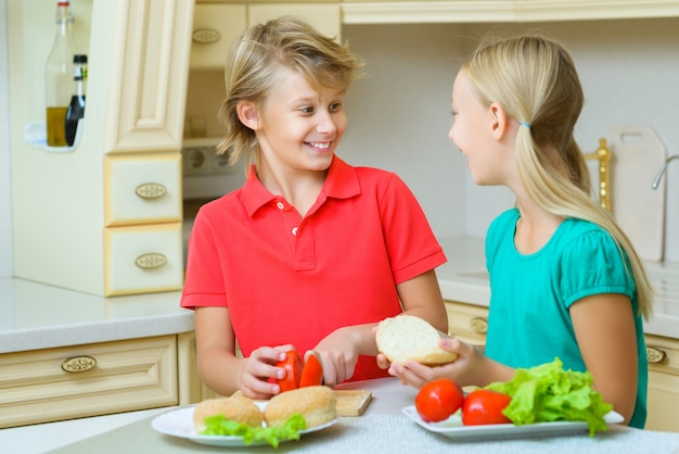 Мальчик и девочка делают домашние гамбургеры