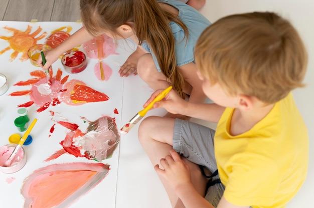 一緒に絵を描く男の子と女の子がクローズアップ