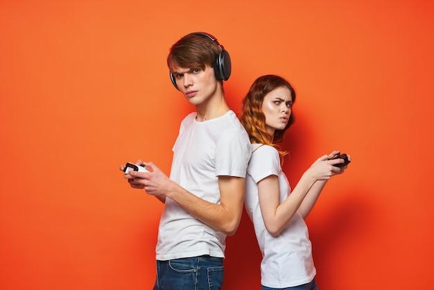 ゲームゲームコンソールエンターテインメントをプレイする男の子と女の子。高品質の写真