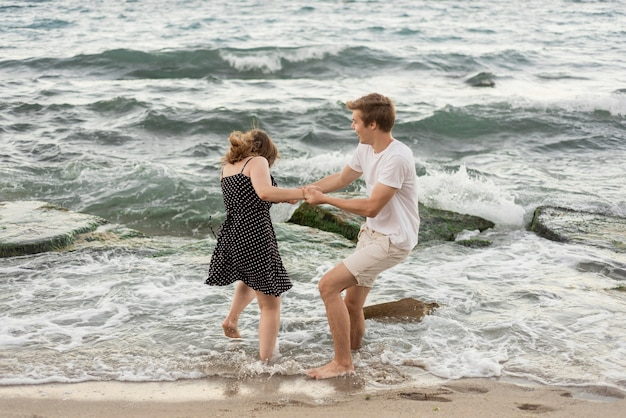 Мальчик и девочка играют вместе в море