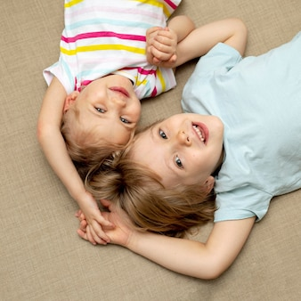 男の子と女の子が床に座って