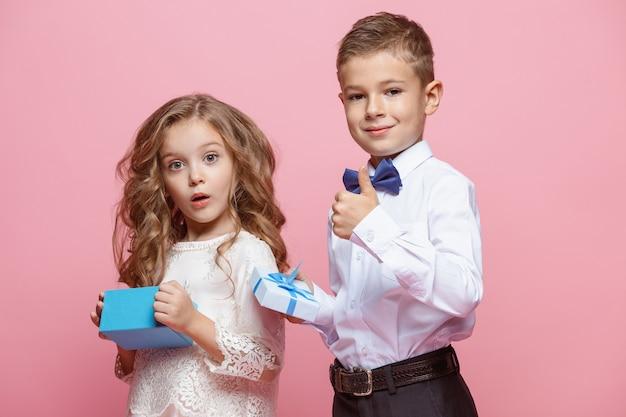ピンクの上に立っている男の子と女の子