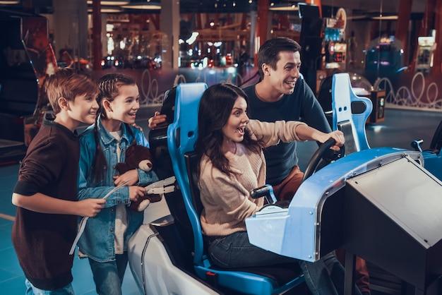 소년과 소녀 티켓 및 테 디 베어와 서.