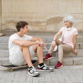 Мальчик и девочка разговаривают на улице после окончания карантина