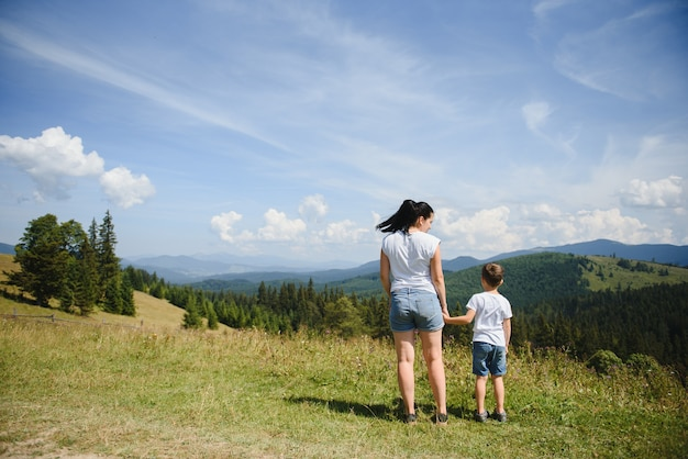 Мальчик и его мать стоят на горе
