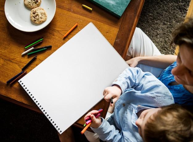 彼のお母さんと一緒に家で学ぶボーイアート
