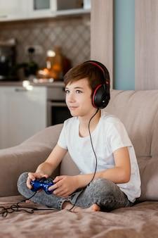 Мальчик дома играет в игры