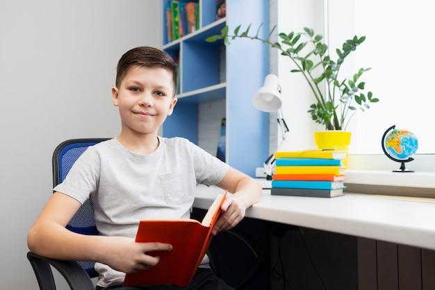 Мальчик в офисе читает