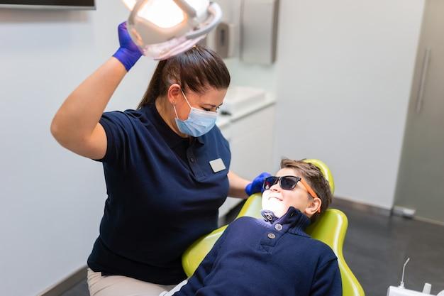 Мальчик на приеме к стоматологу