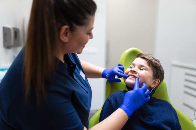 Мальчик у дантиста