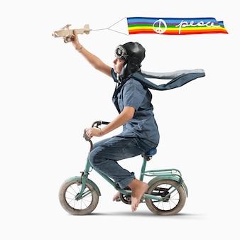 色付きの平和の旗を持つ少年飛行士の子供