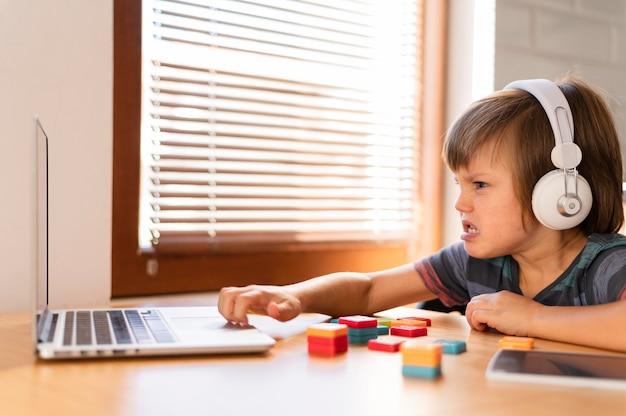 노트북 앞에서 화가되는 소년