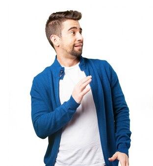 Il ragazzo in una giacca blu paura
