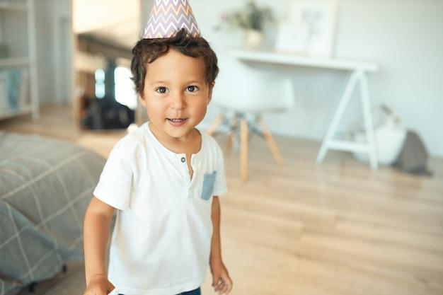 家で彼の誕生日を祝う少年