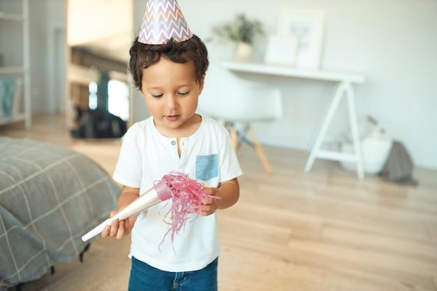 집에서 그의 생일을 축 하하는 소년