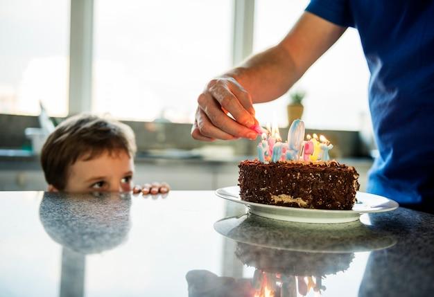 케이크와 함께 그의 생일을 축 하하는 소년