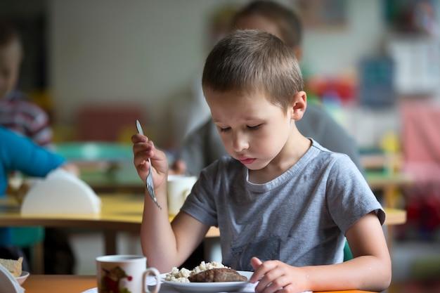男の子は食べたくない。食欲不振。幼稚園で食べる