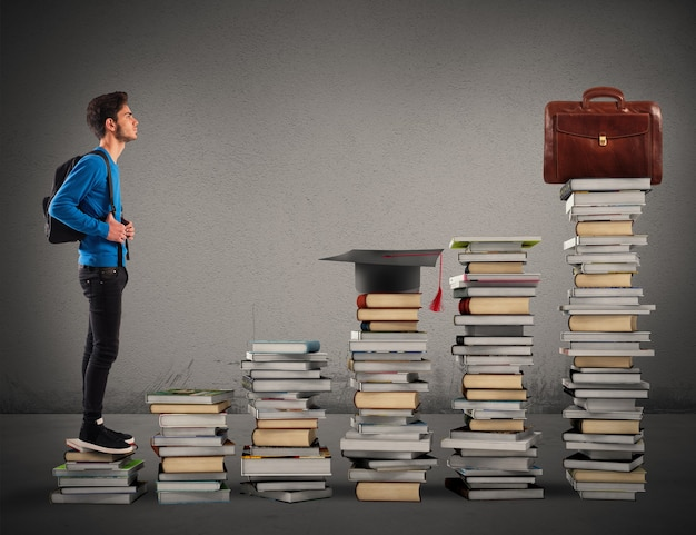 Мальчик поднимается по лестнице из книг