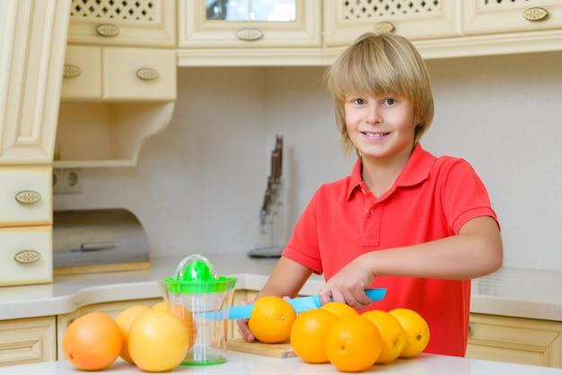 オレンジを切る少年