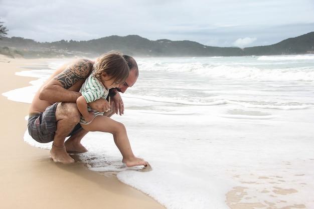 父親と一緒に海を発見する少年