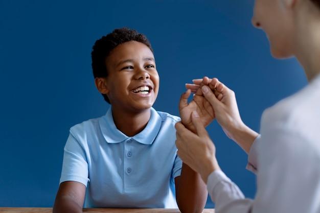 심리학자와 작업 치료 세션을 하는 소년