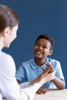 心理学者と作業療法セッションをしている少年