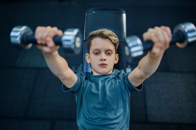 체육관, 평면도에서 벤치에 아령으로 운동을하는 소년. 스포츠 클럽, 건강 관리 및 건강한 라이프 스타일 훈련, 운동 모범생