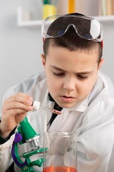 実験室で実験をしている少年