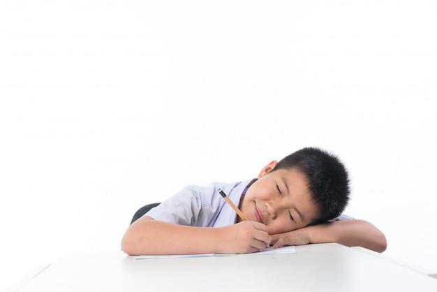 Мальчик делает домашнее задание, детская писчая бумага, концепция образования, обратно в школу