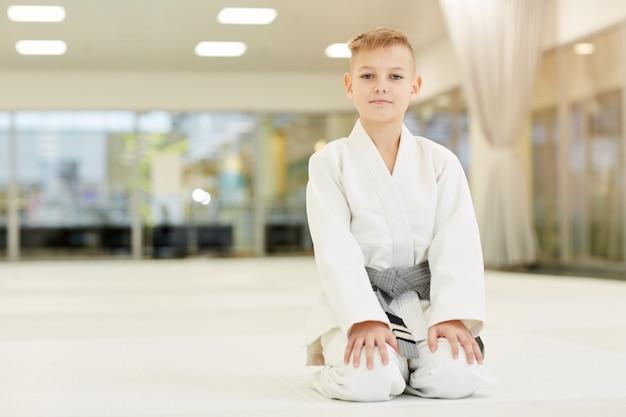 Мальчик занимается каратэ