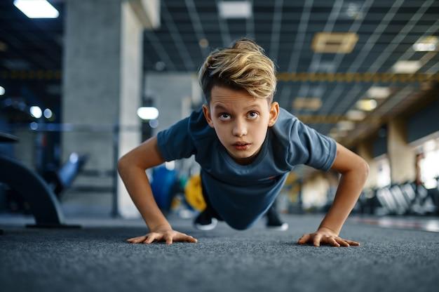 체육관, 전면보기에서에서 운동을 밀어 하 고 소년. 스포츠 클럽, 건강 관리 및 건강한 라이프 스타일 훈련, 운동 모범생, 낚시를 좋아하는 청소년