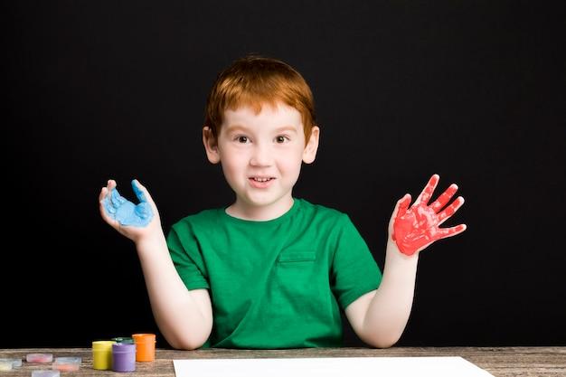 少年は紙に描く