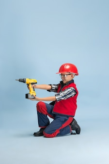 Мальчик мечтает о будущей профессии инженера