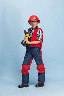 エンジニアの将来の職業を夢見ている少年