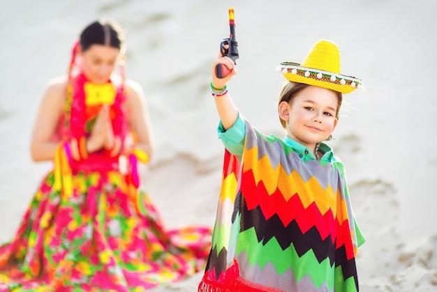 メキシコ人の母親と遊ぶの格好の少年