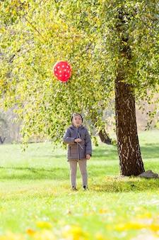 公園を散歩中の少年