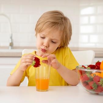 果物を食べる少年