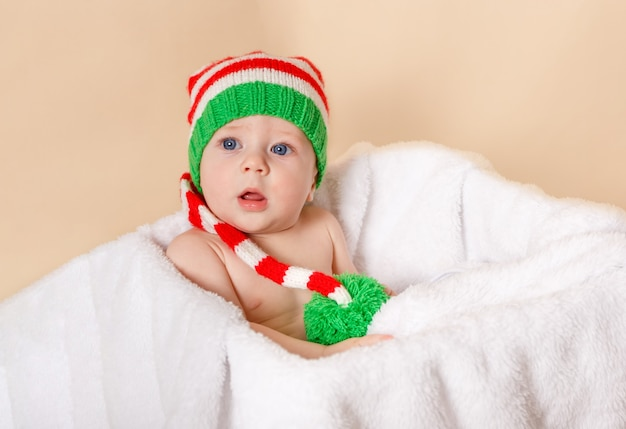 少年は休日を楽しんでいます。幸せな幼児。面白い赤ちゃんはエルフを着ています