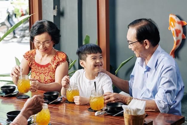 祖父母との時間を楽しんでいる少年