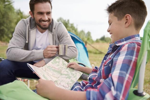 Ragazzo e padre che pianificano il loro viaggio