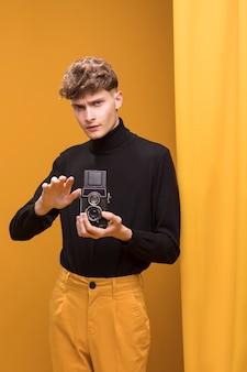 黄色のシーンでビデオカメラで撮影の少年