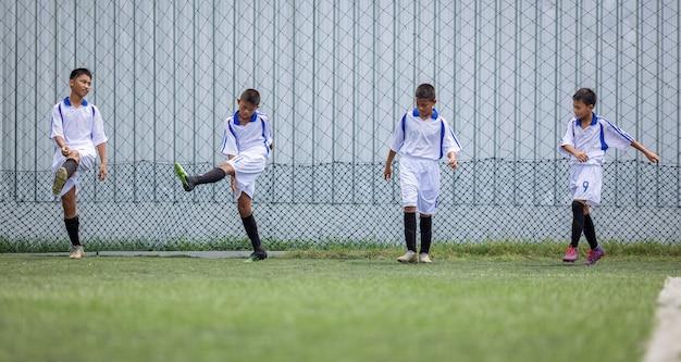 어린이를위한 운동을 실행하는 소년 축구 선수 훈련 세션