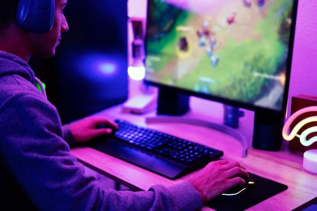 가상 현실 헤드셋을 사용하여 온라인 전략 게임에서 플레이하는 소년 게이머 - 오른손에 초점