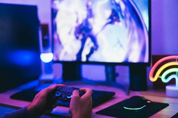 소년 게이머 온라인 전략 게임 - 조이스틱 컨트롤러를 들고 오른손에 집중