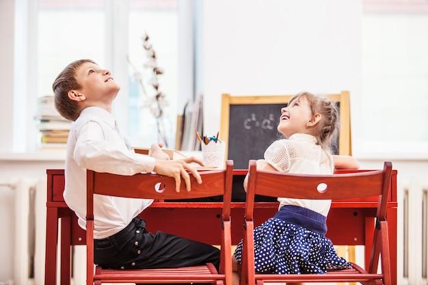 학교의 소년, 소녀 아이들은 행복하고 호기심 많고 똑똑합니다. 교육, 지식의 날, 과학, 세대, 유치원.