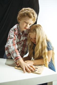 Ragazzo e ragazza che si preparano per la scuola dopo una lunga pausa estiva