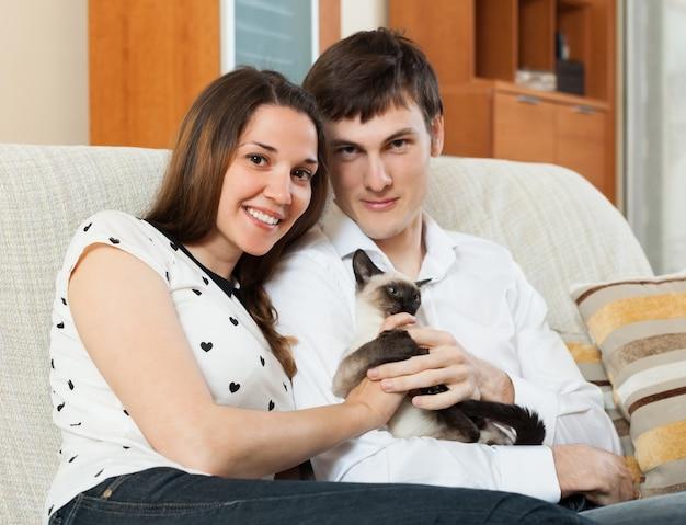 Ragazzo e ragazza sul divano
